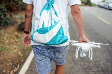 Jugendlicher trägt Drohne